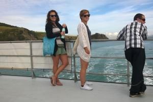 Paula und Claudia auf der Fähre nach Waiheke